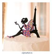 Топпер пластик СТ Девушка сидит с бабочкой (Париж). Размер фигурки: 18*17 см